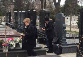 VJEČNA KUĆA KSENIJE PAJČIN Majka Ljubica u suzama grlila i ljubila spomenik ubijene kćerke