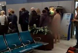 ŠOK NA AERODROMU Potpuno GO muškarac pokušao da uđe u avion, nije računao na NJIH (VIDEO)