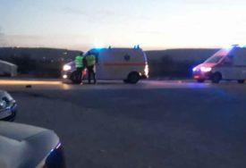SUDAR AUTOMOBILA I MOTOCIKLA Dvije osobe teško povrijeđene, HITNO prevezene u bolnicu