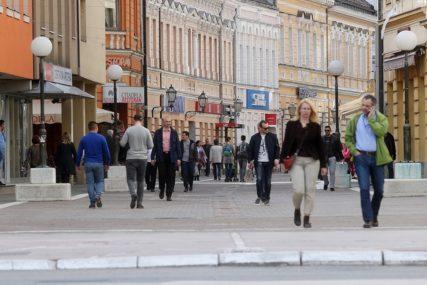 PRIKOVANI UZ MEDIJE, ČEKAJU DOBRE VIJESTI Zašto građane BiH toliko interesuje politika