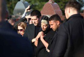 BOL ZBOG GUBITKA MAJKE JE PREJAK Karleuši pozlilo nakon sahrane, hitno je izveli iz groblja