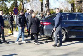 PJEVAČICA STIGLA NA GROBLJE Jelena Karleuša na izmaku snage, tješi je suprug Duško Tošić