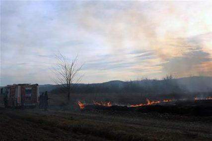PUNE RUKE POSLA ZA VATROGASCE Zbog požara na otvorenom već 40 intervencija