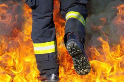 """BUKTINJA USRED NOĆI Na parkingu ispred zgrade izgorio """"mercedes"""" (VIDEO)"""