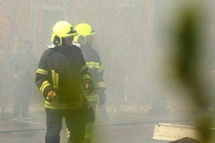 U POŽARU POVRIJEĐENA TRUDNICA Vatrenu stihiju gasi 21 vatrogasac, stanari zgrade EVAKUISANI U PARK