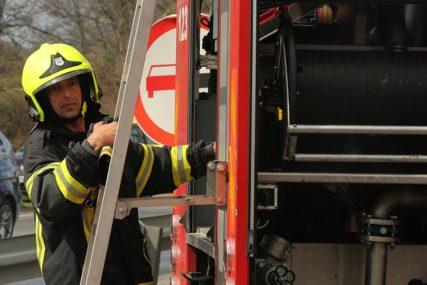 Pao u bunar dok je pokušavao spasiti mačka: Povrijeđenog domaćina i životinju izvukli vatrogasci
