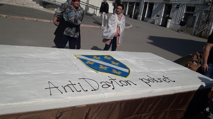 """TORTA S RATNOM ZASTAVOM Protivnici Dejtona na svoj način čestitali Sarajlijama """"Dan nezavisnosti BiH"""""""