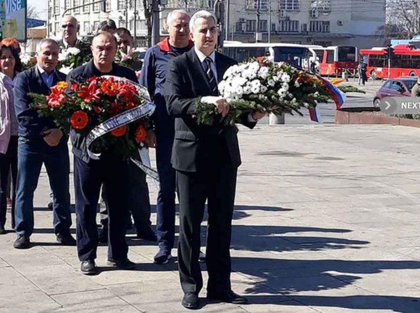 """""""RANE NE MOGU DA ZACIJELE"""" Prošlo 20 godina od NATO agresije, položeni vijenci za ŽRTVE"""