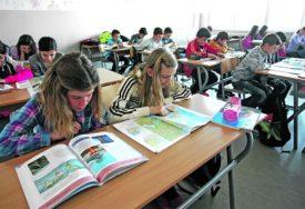 U KLUPE ILI ISPRED TELEVIZORA Školska godina počinje za dvije sedmice, nastavnici JASNO REKLI ŠTA ŽELE