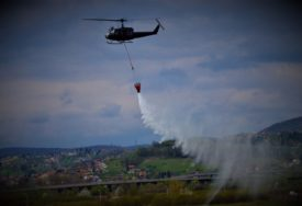 VATRA PRIJETI KUĆAMA Helikopter Oružanih snaga BiH gasi požar u Mostaru