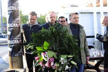 PROTEST U BEOGRADU Položili vijenac za Olivera Ivanovića, pa krenuli ka Vladi Srbije, ispred TV Pinka ih dočekalo piće i di-džej