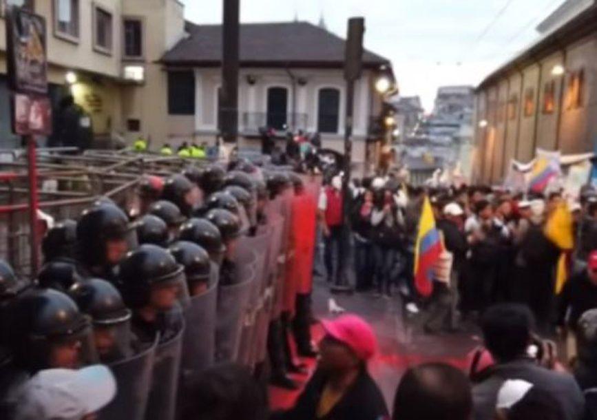 SNIMAK BRUTALNOG OBRAČUNA Ovako je izgledao okršaj ekvadorske policije sa Asanžovim pristalicama (VIDEO)