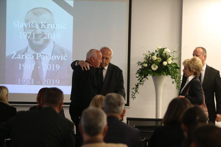 PORODICE U SUZAMA Komemoracija ubijenim Slaviši Kruniću i Žarku Pavloviću (FOTO)