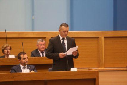 LUKAČU KRIV I ČUBRILOVIĆ Predsjednika parlamenta ministar optužio da loše vodi sjednicu