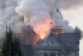 Vikar Notr Dama vidio požar na svodu i krst u vatri pa izustio SAMO DVIJE RIJEČI