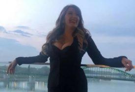 HIT Viki Miljković u elegantnoj haljini igrala fudbal, a onda je PALA (VIDEO)