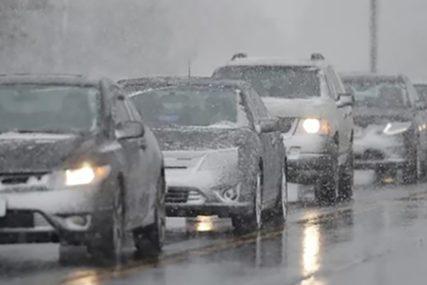 VOZAČI OPREZNO Sniježni smetovi i jak vjetar stvaraju probleme u saobraćaju širom BiH