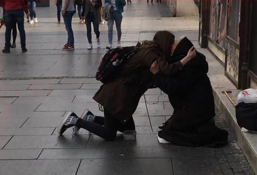 DIRNULA MNOGA SRCA Starica koju je djevojčica zagrlila samo je OVO PORUČILA (FOTO)