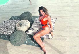 IZAZOVNA KAJA Atraktivna pjevačica pokazala utegnutu zadnjicu, fanovi ne vjeruju da je prirodna (FOTO)