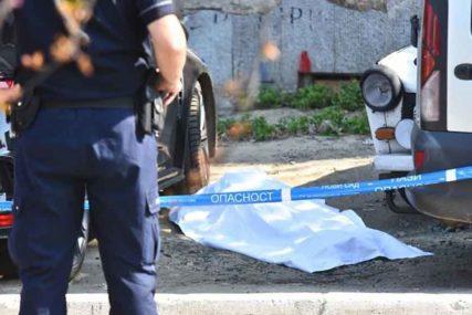 UŽAS U CENTRU GRADA Mladić pao sa zgrade na automobil, pa na trotoar, na licu mjesta ostao MRTAV