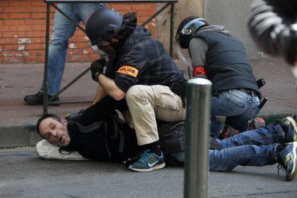 """SUZAVAC I ŠOK BOMBE Sukob """"Žutih prsluka"""" i policije širom Francuske"""