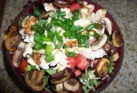 ŽELITE NEOBIČAN A UKUSAN RUČAK Salata s gljivama i piletinom osvaja na PRVI ZALOGAJ