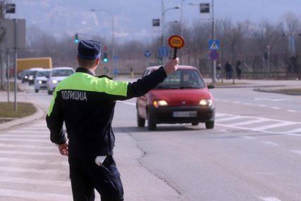 Oduzet auto vozaču bez vozačke i sa dugom za kazne od 14.230 KM