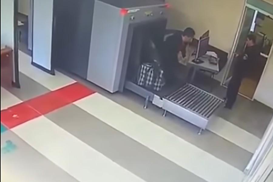Šok na banjalučkom aerodromu: Putnik skupa s prtljagom na traci (VIDEO)