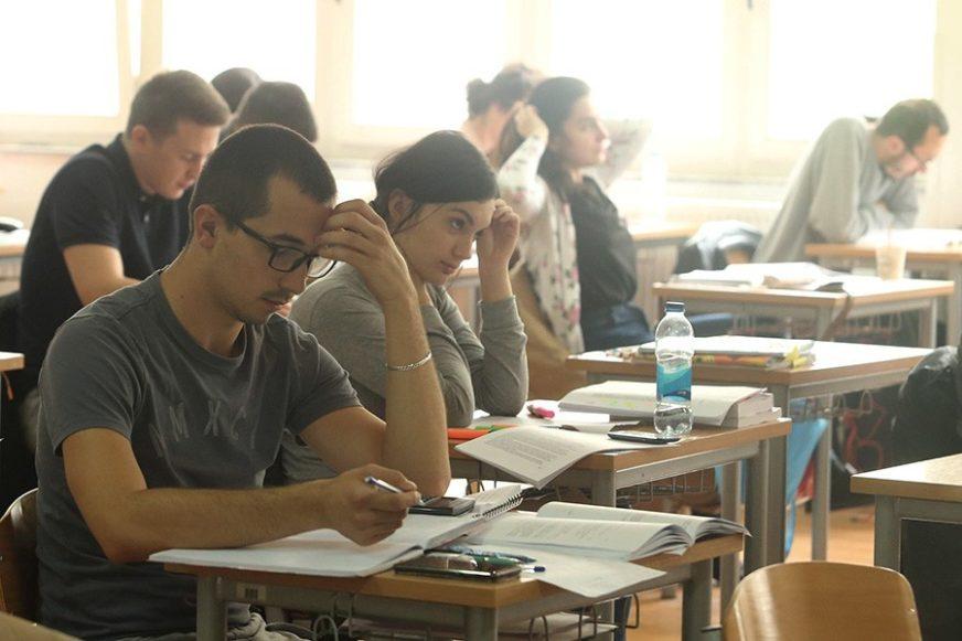 OBJAVA ZAPALILA DRUŠTVENE MREŽE Profesor na BIZARAN NAČIN obavijestio studente kad polažu ispit (FOTO)