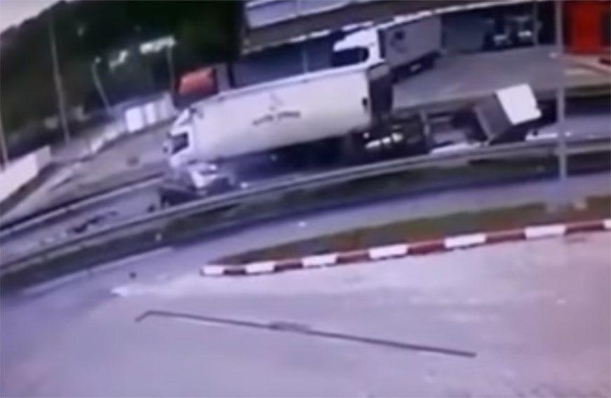 JEZIV SNIMAK TEŠKE SAOBRAĆAJKE Pokušao je da pretekne traktor i ZAKUCAO SE U KAMION (VIDEO)