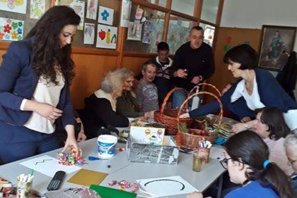 Radost Vaskrsa u Udruženju djece sa posebnim potrebama: Najstariji Trebinjci im poklonili slatkiše i vaskršnja jaja