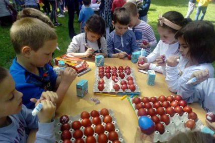 VESELO U TREBINJU Počele pripreme za Vakrs, najmlađi preuzeli stvar u svoje ruke i ŠARAJU JAJA