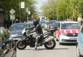 """""""ZA SEKUND NAM SE ZAVUKU U MRTAV UGAO"""" Evo zašto se vodi rat između vozača i motociklista"""