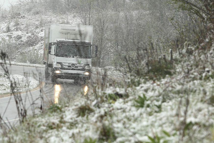 KLIZAVI PUTEVI, SNAŽAN VJETAR Snijeg na zapadu Balkana izazvao saobraćajne probleme