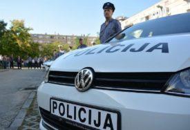 ALARMIRANA POLICIJA Kamenovani automobili s hrvatskim registarskim tablicama