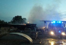 VATROGASCI DEŽURALI DO JUTRA Ugašen požar na pogonu fabrike namještaja u Gradiški