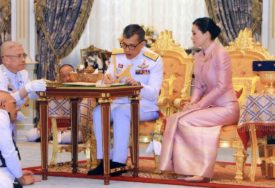 VELIKA CEREMONIJA Kralj Tajlanda na glavu stavio krunu tešku više od SEDAM KILOGRAMA ZLATA