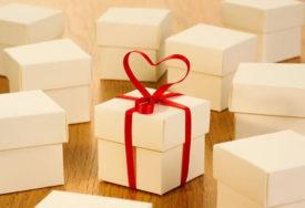 KUPI ČAK 520 POKLONA Engleska kraljica za božićne poklone TROŠI 30.000 FUNTI