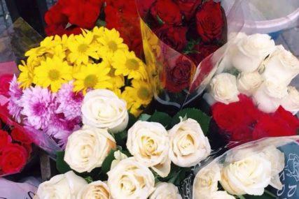 ROMANTIKA ILI VANDALIZAM Šetalište osvanulo obasuto LATICAMA RUŽA (FOTO)