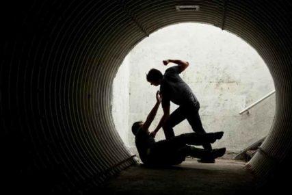 PESNIČENJE U BANJALUCI Pretukao mladića koji mu je ISTUKAO MAJKU