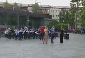 "ORILO SE KRAJIŠKOM LJEPOTICOM Rusi usred Banjaluke zapjevali ""Pukni zoro"" (VIDEO)"