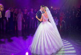 SAVRŠEN PAR Dragana u vjenčanici kao iz bajke, svi htjeli da vide prvi ples