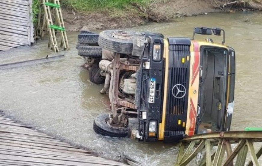 VOZAČ ZAVRŠIO U BOLNICI Srušio se most na Spreči pod teretom kamiona