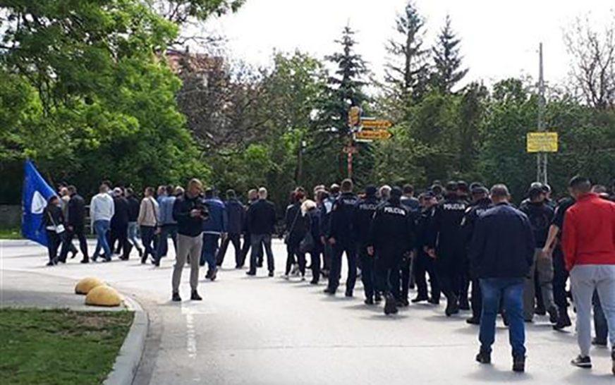 """""""NEĆEMO DA RADIMO ZA MIZERIJU"""" Nezadovoljni policajaci Livanjskog kantona protestvovali ispred Vlade"""