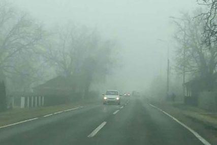 VOZAČI, BUDITE OPREZNI! Magla u kotlinama, poledica na višim putnim pravcima