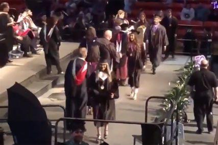 SVI MU SE SMIJU Maturant želio napraviti salto na dodjeli diplome, ali je postao predmet zezancije (VIDEO)