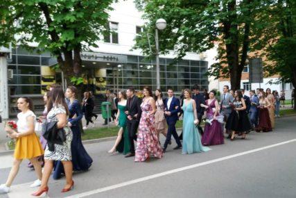 KIŠA NIJE POKVARILA DEFILE Maturanti gimnazije u Prijedoru uljepšali gradske ulice (FOTO)