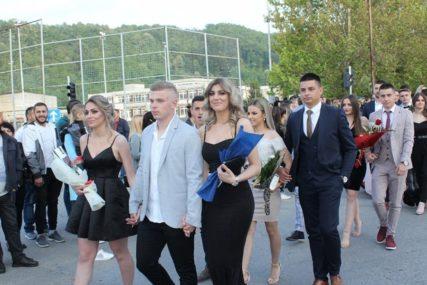 Ugljevički maturanti defileom obilježili kraj škole (FOTO)