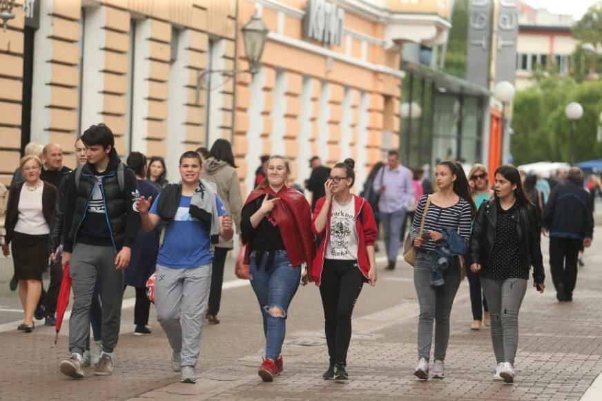 UČE ŠTA JE DEMOKRATIJA, ALI JE NE ŽIVE Istažujemo koliko je obrazovanje uticalo na demokratičnost mladih u BiH