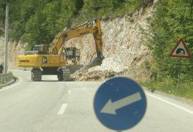 PROBLEMI NA VIŠE PUTNIH PRAVACA Zbog odrona prekid saobraćaja na putu Crna Rijeka-Dabrac